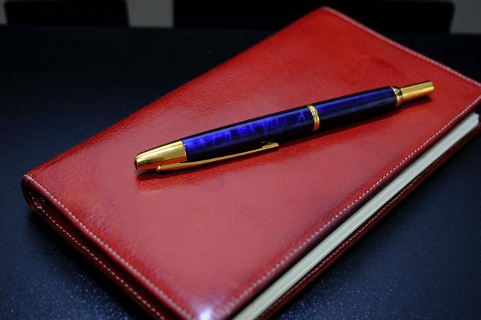 ノック式の万年筆、キャップレス・デシモ「渡良瀬の水面」
